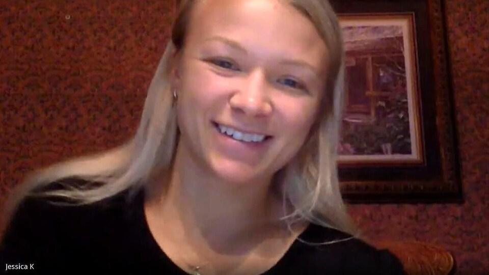 Jessica Klimkat sourit à la caméra pendant une entrevue.