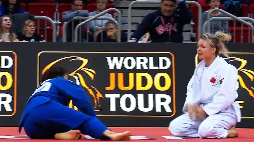 Jessica Klimkait agenouillée sur le tatami pendant un combat au grand chelem de Düsseldorf
