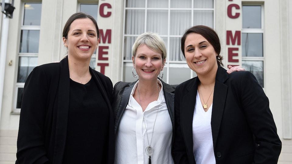 Trois femmes devant un stade