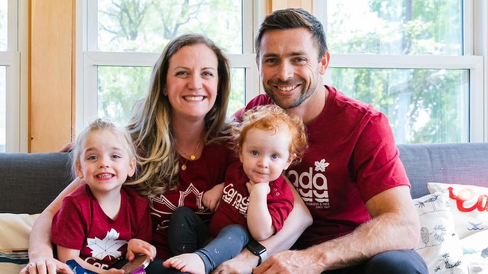 Annamay Pierse, Mark Oldershaw et leurs deux filles prennent la pose sur le sofa familial.