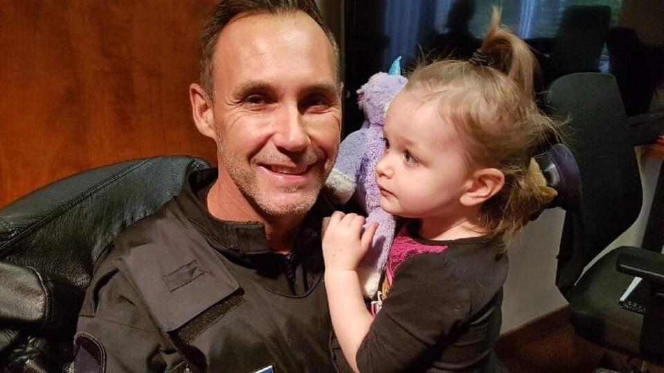 L'agent Jimmy Hébert avec la petite Athena
