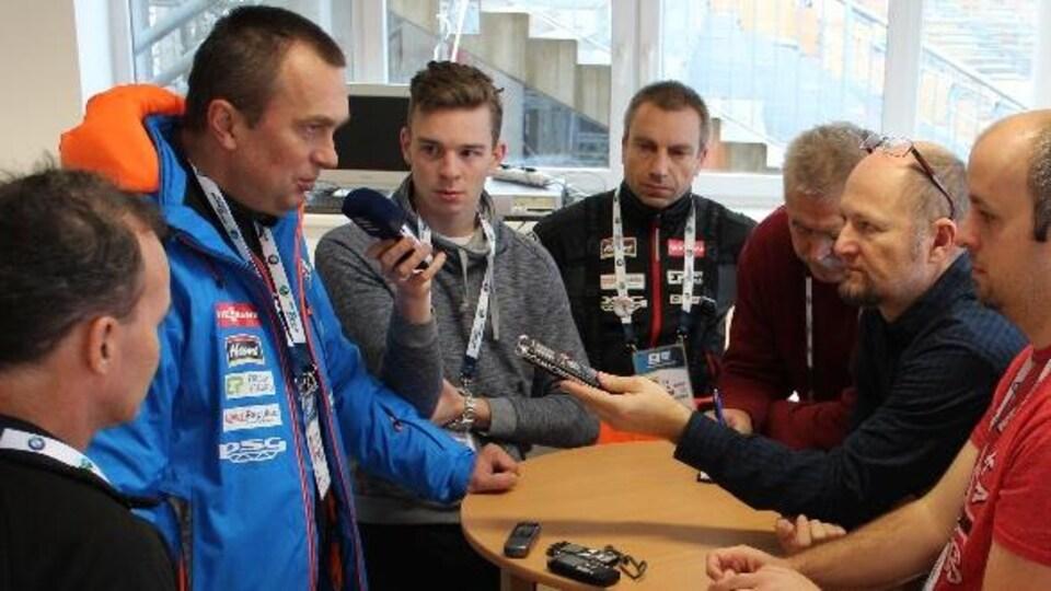 Le vice-président de la Fédération internationale de biathlon (IBU) Jiri Hamza répond aux questions des journalistes.