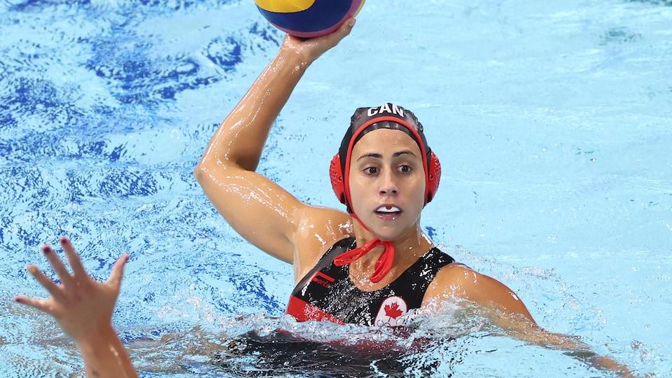 Elle tente de décocher un tir devant une joueuse de l'équipe espagnole pendant un match aux Jeux de Tokyo.