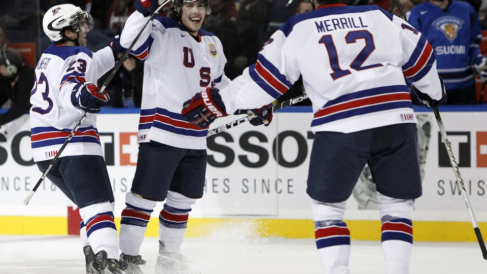 Jon Merrill célèbre un but face à la Finlande avec ses coéquipiers.