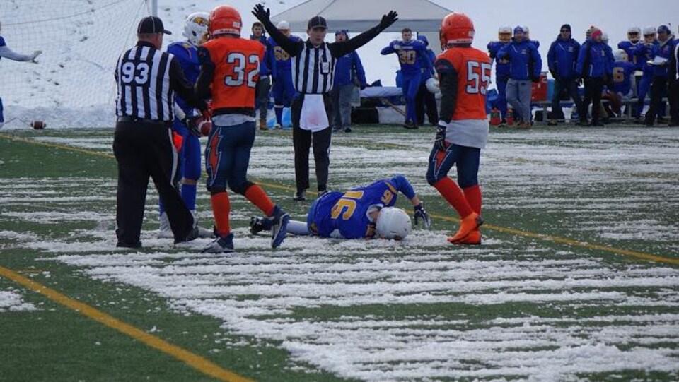 Un joueur est blessé au sol.