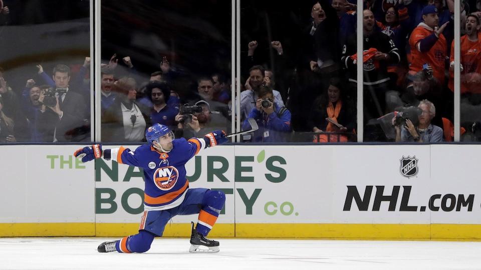 Un joueur de hockey célèbre un but. (archives)