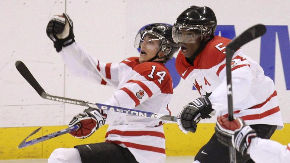 Jordan Eberle célèbre son but égalisateur contre la Russie en demi-finale du mondial junior 2009 avec P.K. Subban