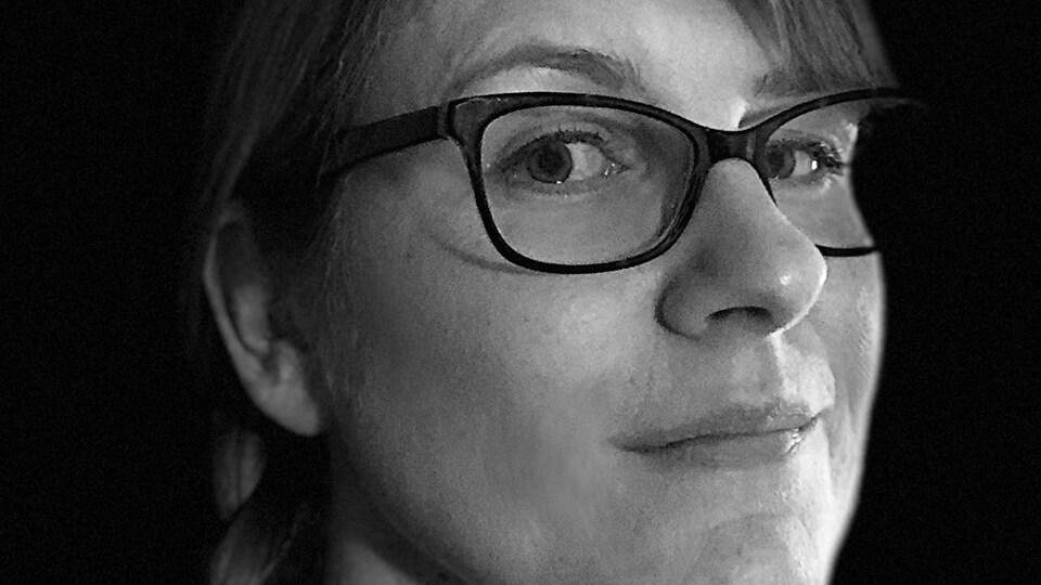 Photo du visage d'une femme en noir et blanc
