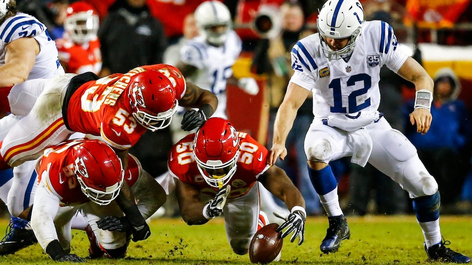 Justin Houston (no 50) et Andrew Luck (no 12)