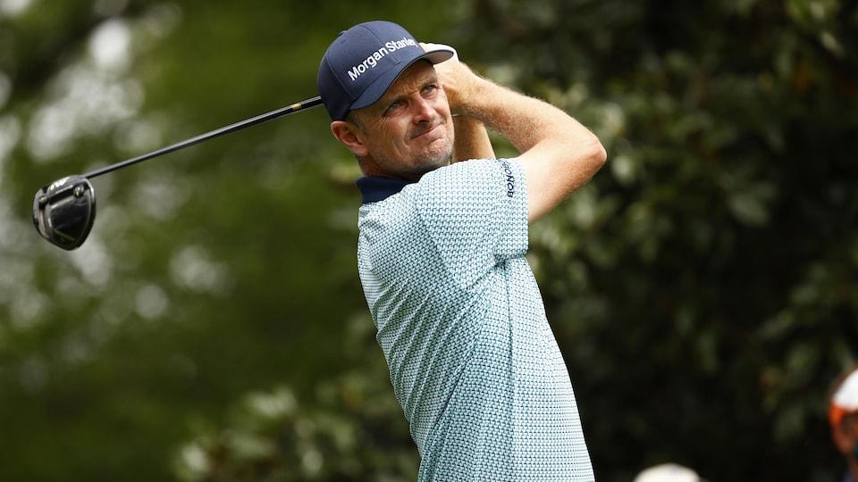 Le golfeur britannique regarde sa balle après son coup de départ au neuvième trou.