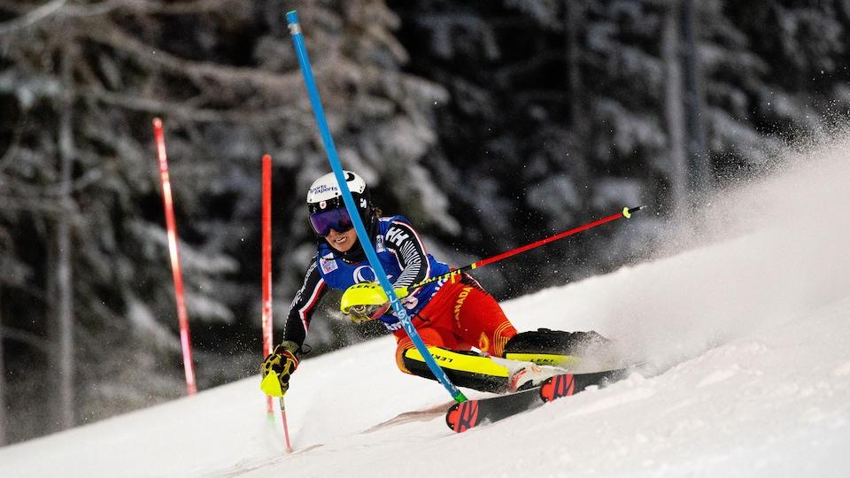 La skieuse contourne une porte pendant le slalom de Semmering