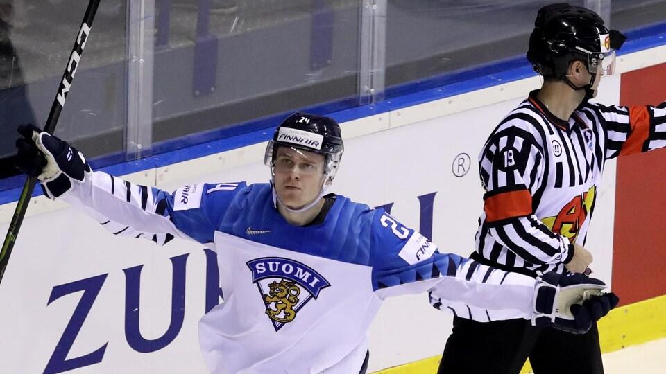 Kaapo Kakko lève les bras en célébration d'un de ses trois buts contre la Slovaquie, au Championnat du monde de hockey.