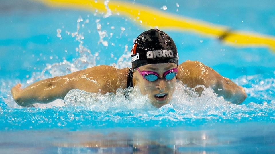 Une nageuse prend une respiration pendant sa course.