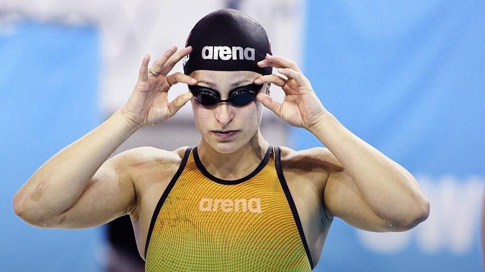 Elle place ses lunettes de natation avant une course.