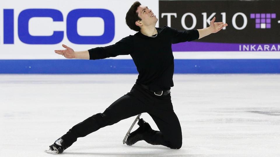 Les bras tendus, il pose le genou gauche sur la glace.