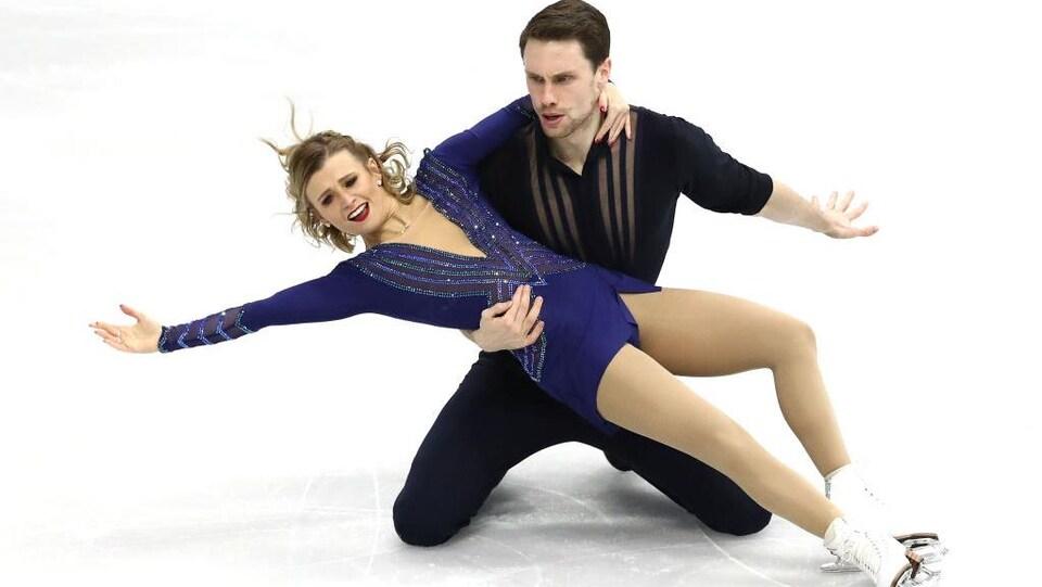 Un couple canadien de patinage artistique à la fin de de leur programme.