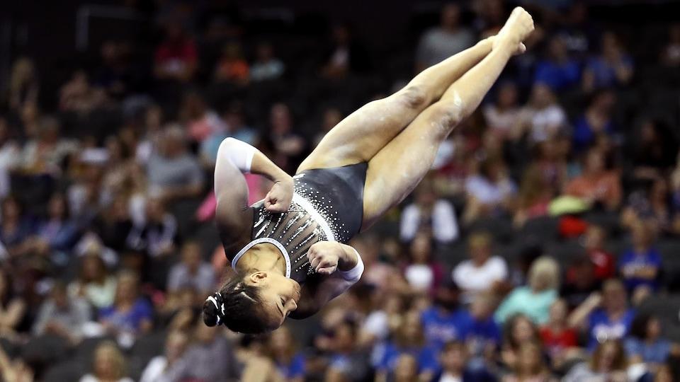 Elle effectue un saut lors des exercices au sol des Championnats américains de gymnastique.