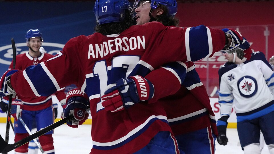 Anderson et Toffoli s'enlacent après un but.