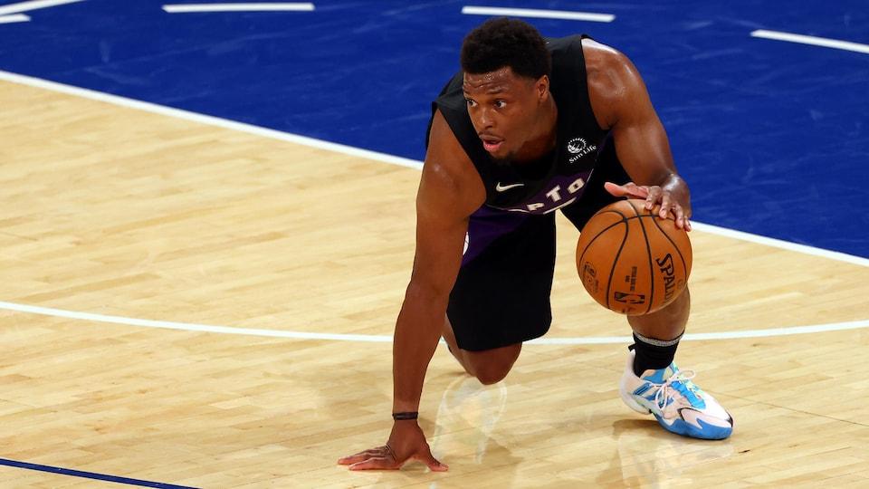 Un joueur de basketball
