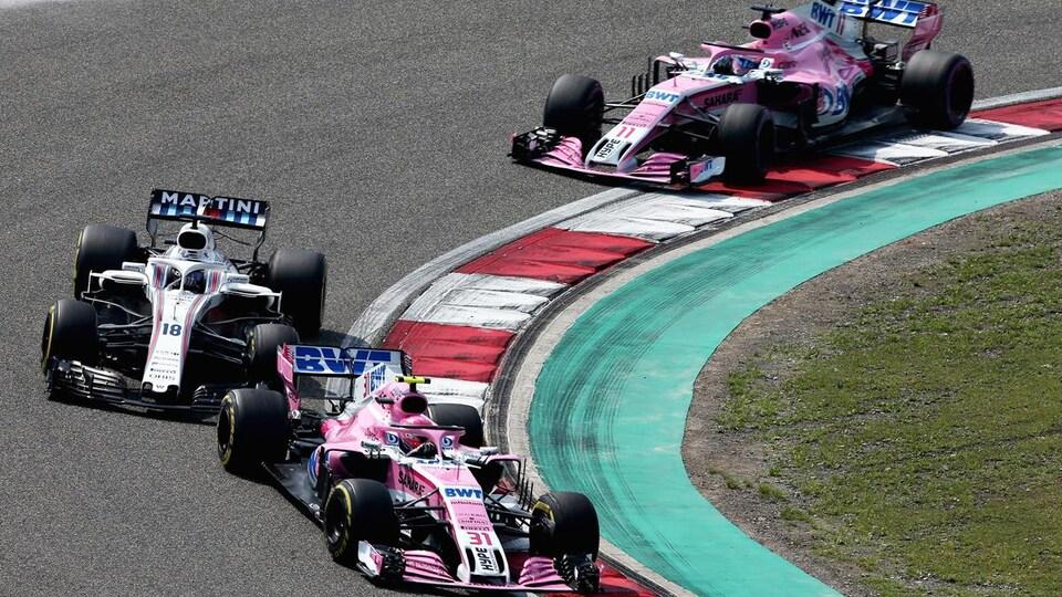 Lors du Grand Prix de Chine, Esteban Ocon négocie un virage devant devant Lance Stroll avec Sergio Perez en embuscade.