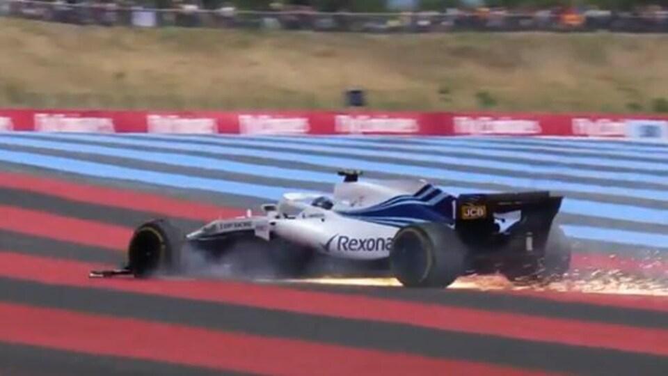 Lance Stroll sort en piste après une crevaison à haute vitesse lors du Grand Prix de France.