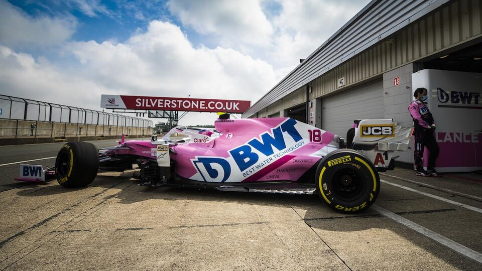 Lance Stroll sort du garage au circuit de Silverstone.