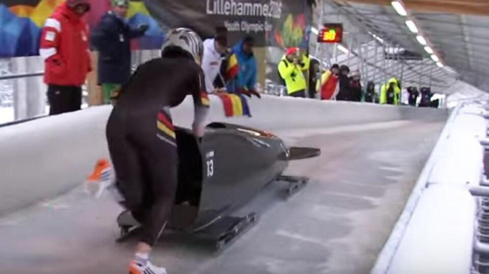 L'Allemande Laura Nolte, championne des Jeux de la jeunesse en 2016, pousse son monobob.