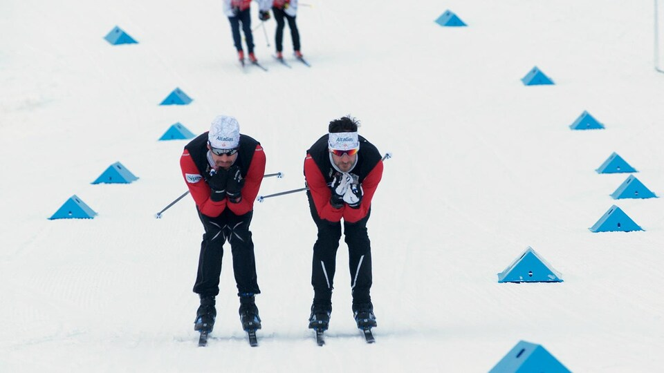 Alex Harvey et Lee Churchill testent la glisse des skis.