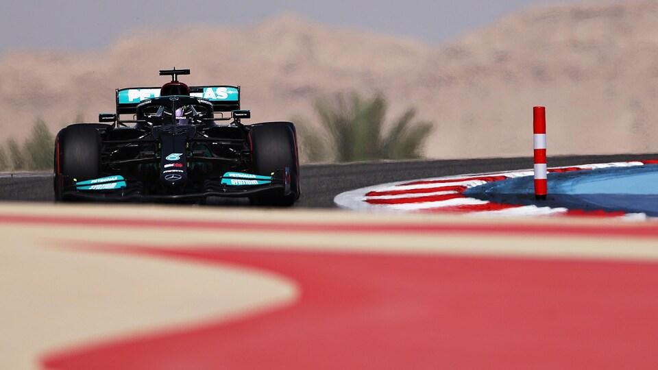 Lewis Hamilton dans la Mercedes-Benz noire sur le circuit de Bahreïn.