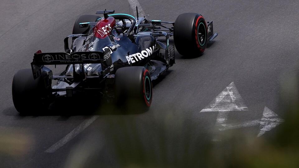 Lewis Hamilton roule sur le circuit de Monaco.