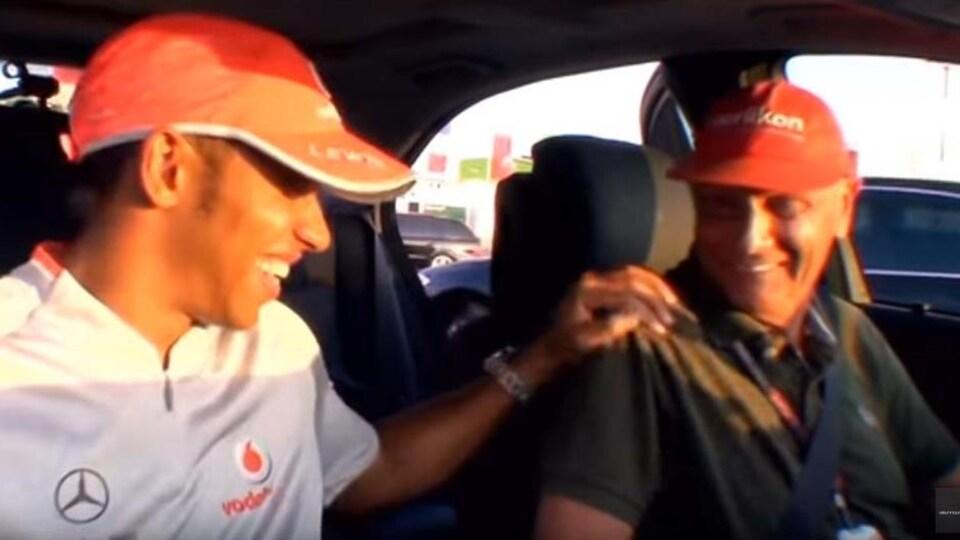 Ils rigolent dans une auto.