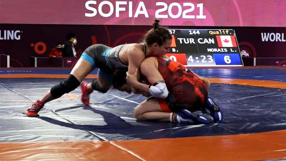 Linda Morais (en bleu) pendant un combat du tournoi de qualification olympique à Sofia