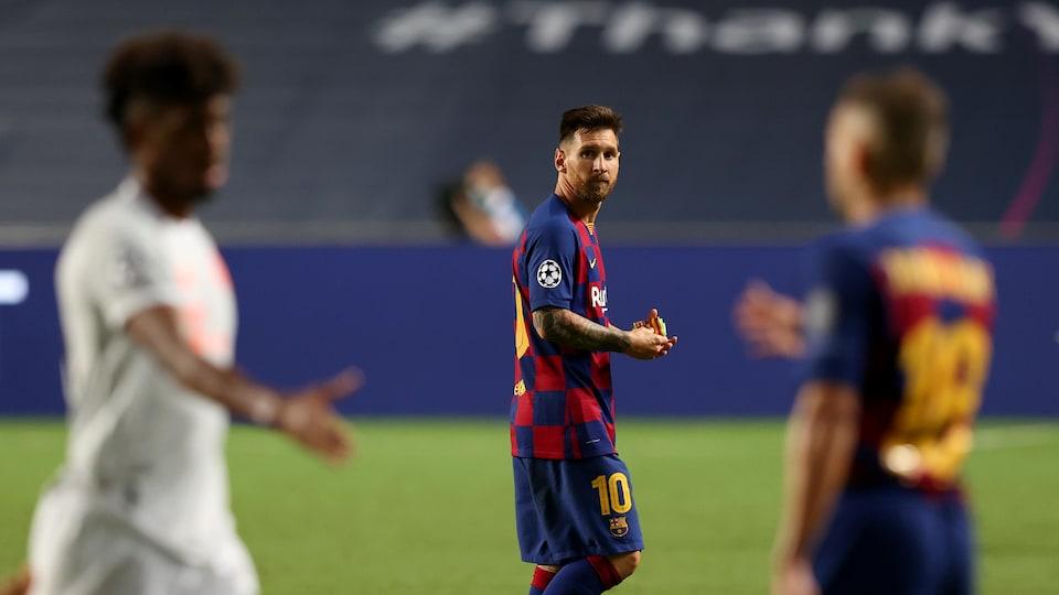 Il marche sur le terrain après la défaite de son équipe.