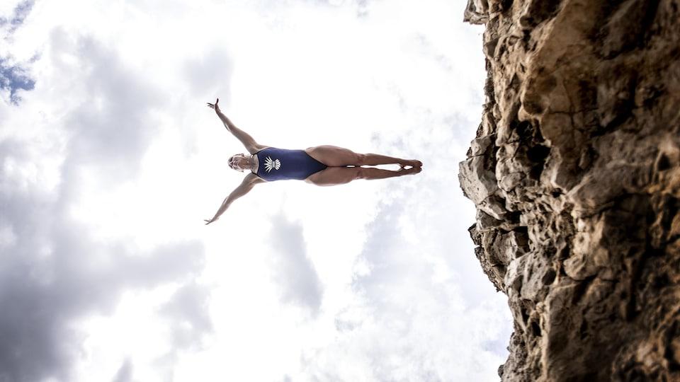 Elle plonge d'une falaise.