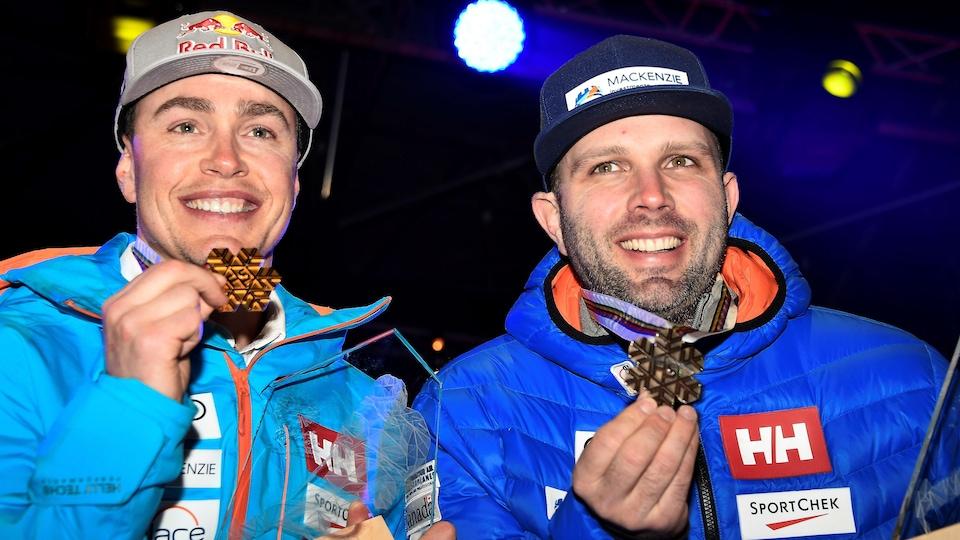 Erik Guay et Manuel Osborne-Paradis montrent leurs médailles, sourire aux lèvres.