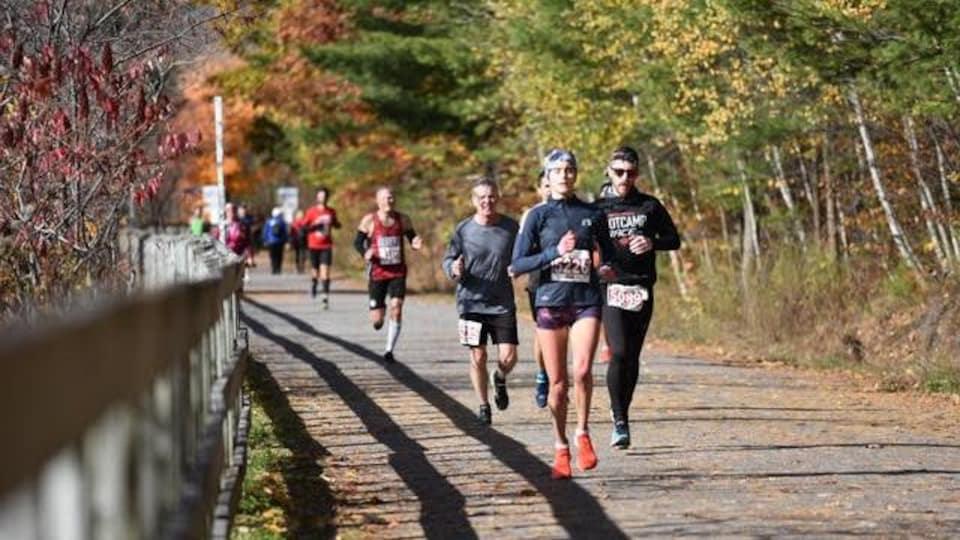Des coureurs lors d'un marathon à l'automne.