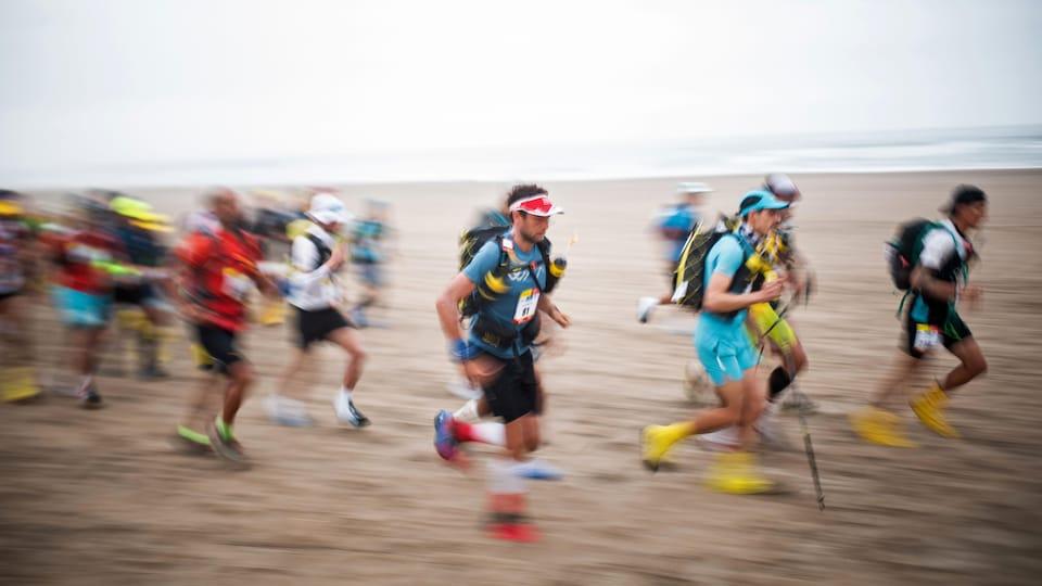 Des participants prennent part au marathon des sables, au Pérou.