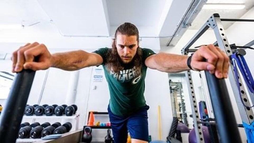 Marc-Antoine Dequoy dans une salle d'entraînement