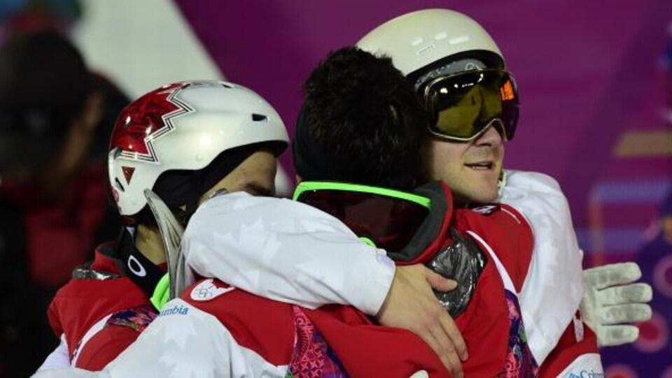 Marc-Antoine Gagnon félicite Alexandre Bilodeau et Mikaël Kingsbury pour leur médaille olympique à Sotchi en 2014.
