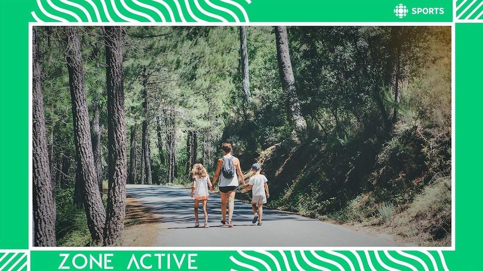Un femme et deux enfants marchent.