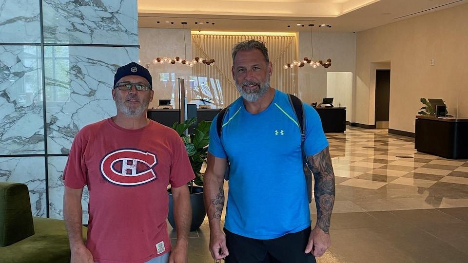 Deux hommes, un en rouge l'autre en bleu.