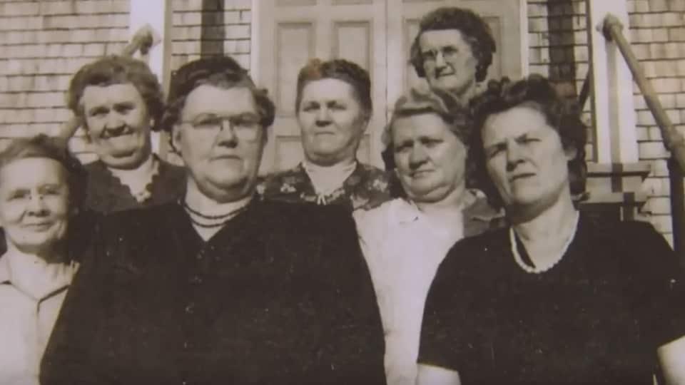 Sept femmes dans une photo en noir et blanc