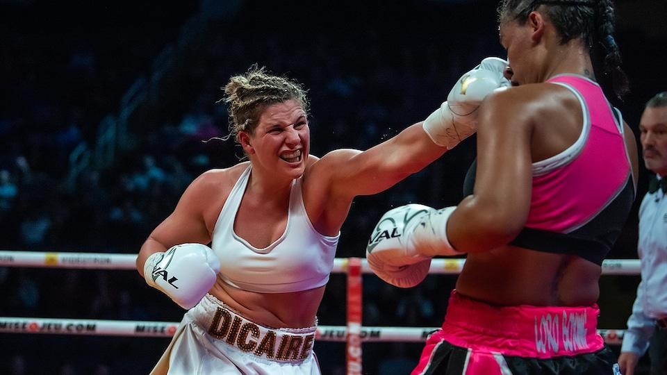 Marie-Eve Dicaire lance un coup au visage de son adversaire.
