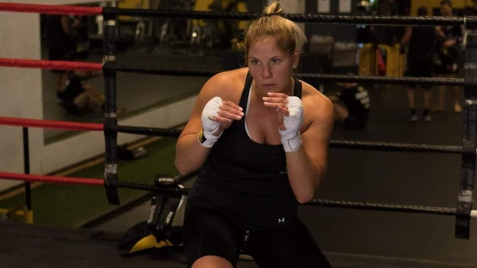 Elle se déplace dans le ring à l'entraînement.