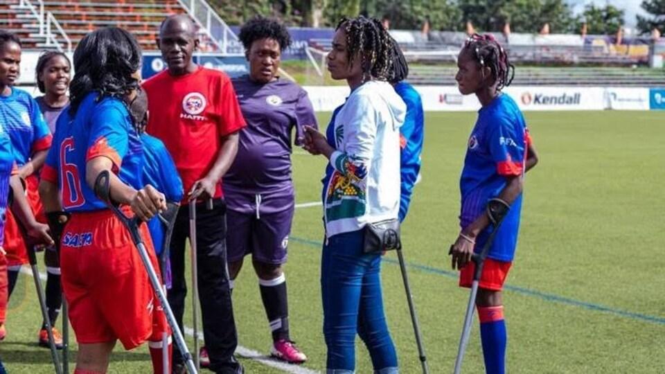 Une entraîneuse parle à ses joueuses pendant un entraînement
