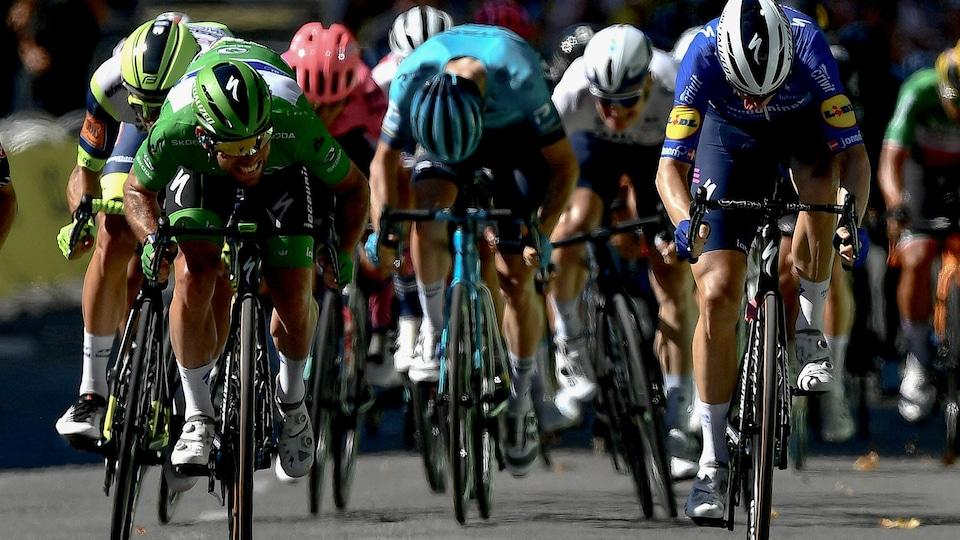 Des cyclistes au sprint