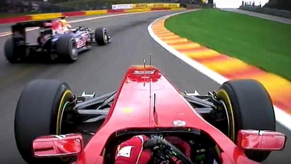 Deux pilotes roulent sur le circuit de Spa-Francorchamps.