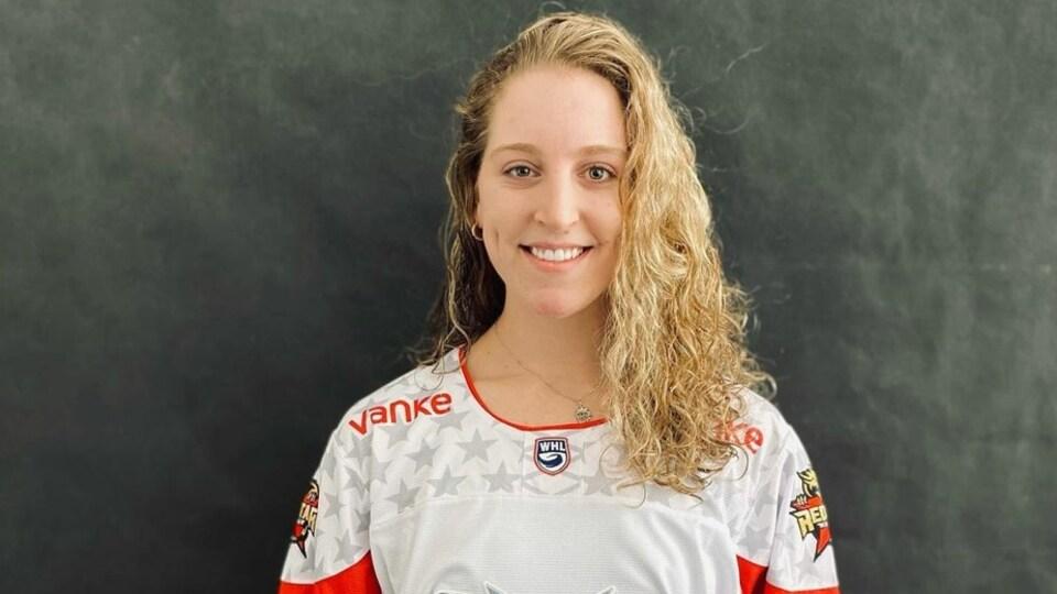 Marlène Boissonnault avec son gilet de hockey.