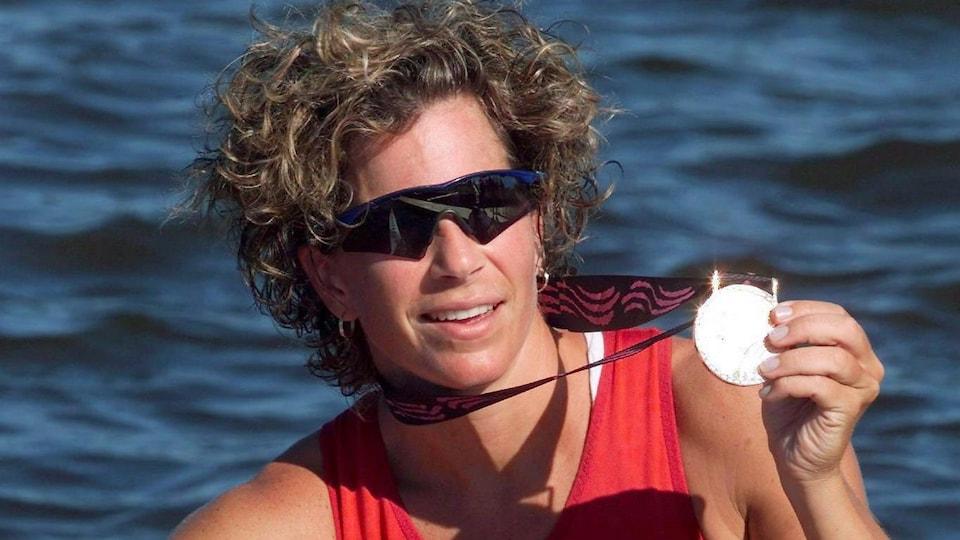 Marnie McBean montre sa médaille d'or.