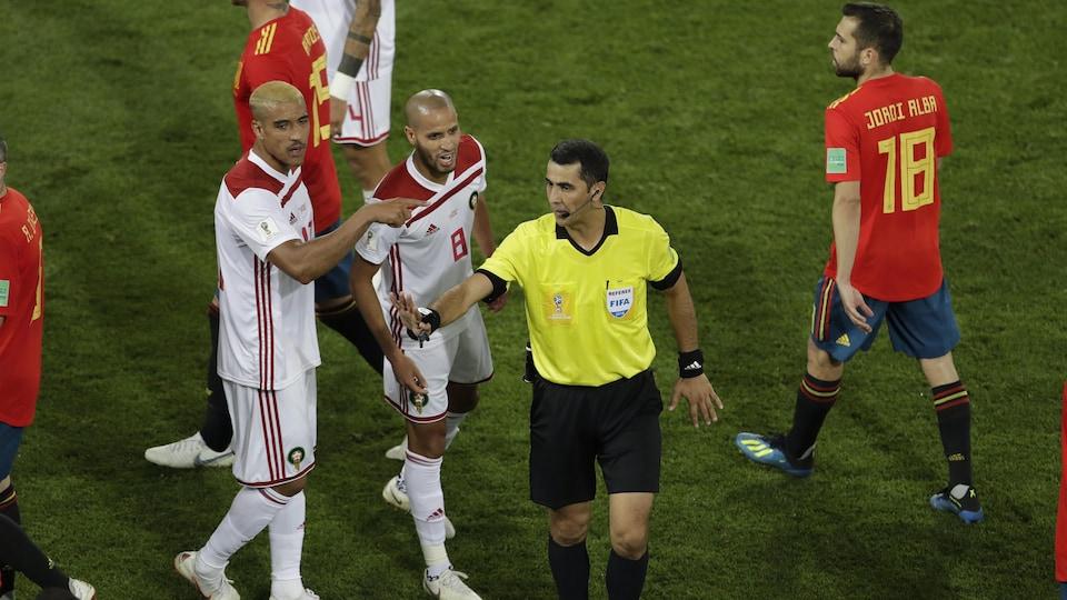 Les joueurs de l'équipe du Maroc discutent avec l'arbitre au cours du match de la Coupe du monde contre l'Espagne le 25 juin, en Russie.